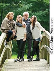beau, debout, famille, pont, ensemble, bois, heureux