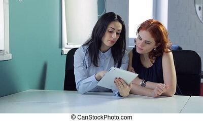 beau, différent, bureau., idées, deux, discuter, femmes
