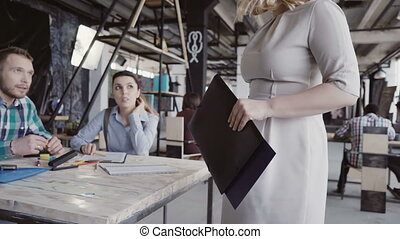 beau, direction, travail, bureau, commandes, directeur, par, femme, promenades, blond, donne, colleague.