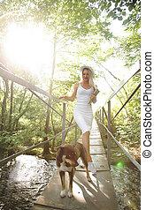beau, dog., femme, pont, robe, sur, noir, va, blanc, rivière, chapeau