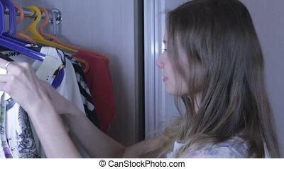 beau, elle, chooses, wardrobe., girl, robe