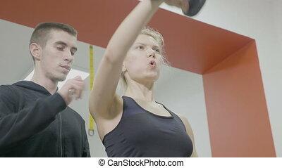 beau, entraîneur, femme, fonctionnement, elle, personnel, gymnase, crise, bras, dumbbells, dehors, petit ami