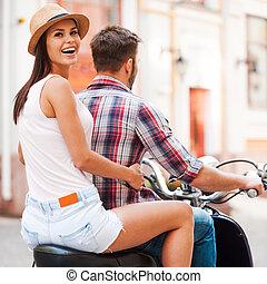 beau, explorer, femme, endroits, sur, jeune, ensemble, regarder, quoique, scooter, ensemble., équitation, épaule, sourire, nouveau, couple, vue postérieure