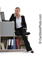 beau, femme affaires, bureau, elle, délassant