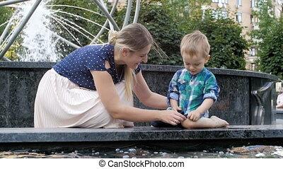beau, garçon, lent, délassant, elle, métrage, parc, jeune, mouvement, fontaine, mère, enfantqui commence à marcher