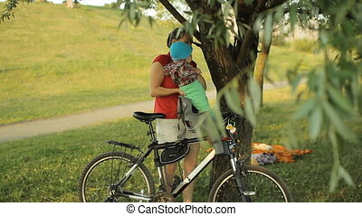 beau, garçon, parc bicyclette, siège, maman, bébé, récupérations directes, dehors