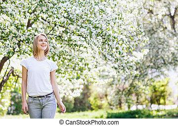 beau, garden., femme, printemps, jeune, fleurir