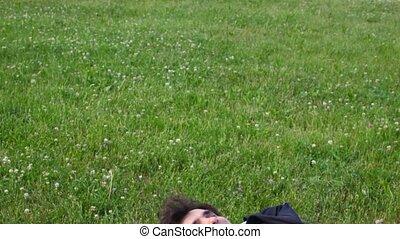 beau, herbe, vert, panoramique, heureux, mensonge, homme