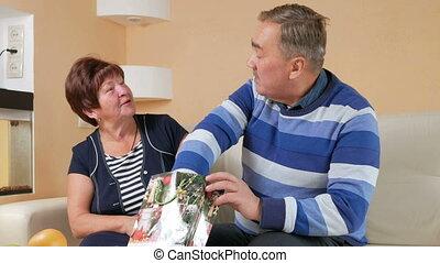 beau, heureux, il, essayer, package., elle, épouse, neck., maison, femme, cadeau, collier perle, récupérations directes, homme aîné, donne, noël, mari, dehors