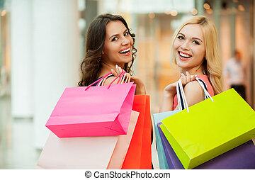 beau, heureux, shopping., achats, deux, jeune, centre commercial, apprécier, amis, femmes
