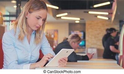 beau, ipad, femme, tablette, écran, jeune, toucher, utilisation, café
