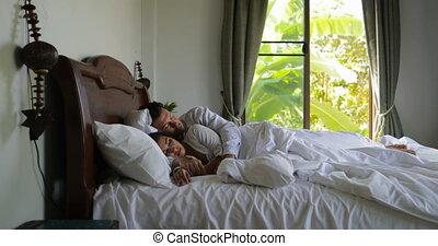 beau, jeune couple, matin, haut, lit, chambre à coucher, girl, réveiller, homme