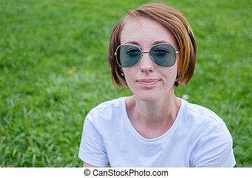 beau, jouir de, femme souriante, sain, nature., jeune, grass., vert, girl, outdoors.