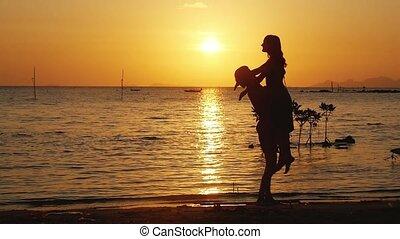 beau, lent, femme, étreinte, course, autour de, autre, couple, motion., jeune, ensemble, vacation., sien, chaque, amusement, sunset., filer, avoir, homme