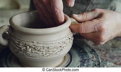 beau, mains, gros plan, mâle, coup, créer, artisan, fixation, boueux, céramique, professionally, potter's, agile, clayware., bowl., former, argile, formation, oreilles