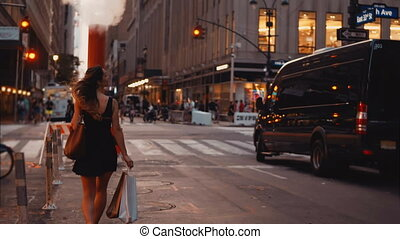 beau, marche, achats femme, sacs, jeune, en ville, america., trafic, croisement, new york, route