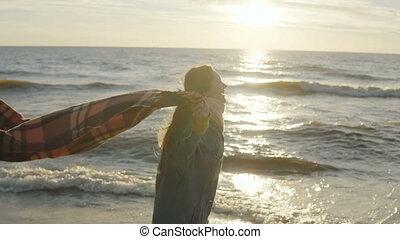 beau, marche, femme, femme, jeune, arms., rivage, plaid, tendre, va, heureux, plage, mer, sunset.