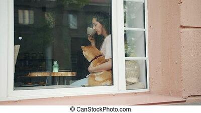 beau, mignon, femme, thé, chien, étreindre, shiba, inu, boire, café