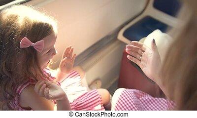 beau, mignon, fille, séance, patty-gâteau, fenêtre, train, maman, devant, vitesse, jouer
