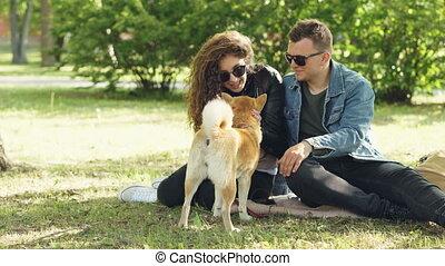beau, mignon, pelouse, femme, animaux, style de vie, concept., moderne, chien domestique, caresser, conversation, park., été, séance, couple, homme
