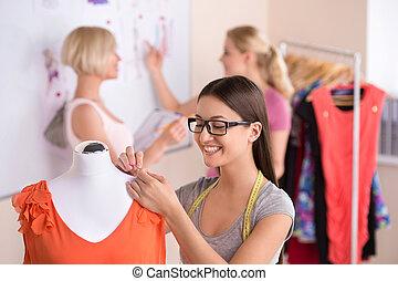 beau, mode, fonctionnement, work., trois, jeunes femmes, concevez studio, concepteurs, lunettes