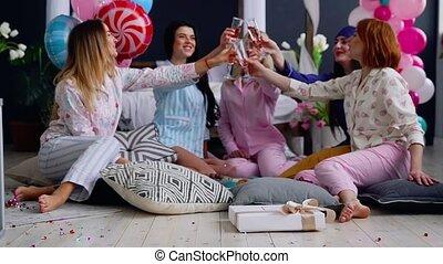 beau, mode, groupe, danse, bachelorette, asseoir, filles, lunettes, tendances, entiers, swing., rire, fête, cercle, champagne, smile., discuter, pyjama, femmes
