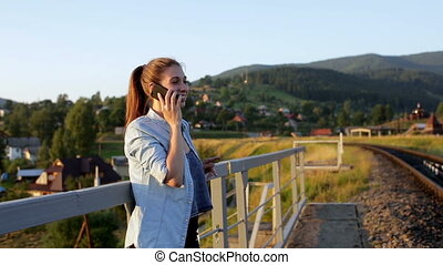 beau, montagnes, smartphone, jeune femme, sourire