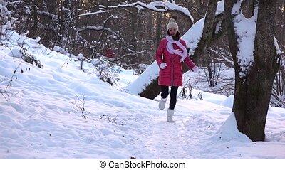 beau, mouvement, lent, coup, hiver, neigeux, appareil photo, veste, courant, vers, forêt, girl, rouges, heureux
