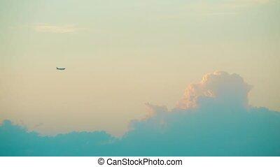 beau, nuages, voler, commercial, contre, lointain, coucher soleil, avion