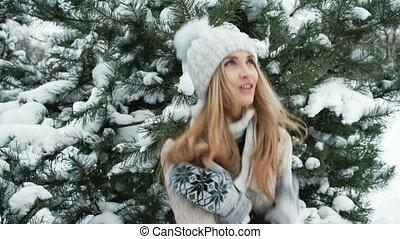 beau, paysage., femme, hiver, obtenir, chaud, tries