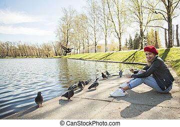 beau, porter, femme, city., parc, jeune, béret, extérieur, portrait, modèle, rouges, européen