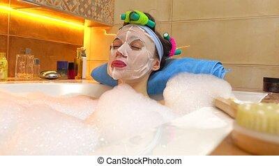 beau, porter, femme, masque beauté, jeune, figure, mousseux, bathtub., cosmétique, traitements, home., relâche