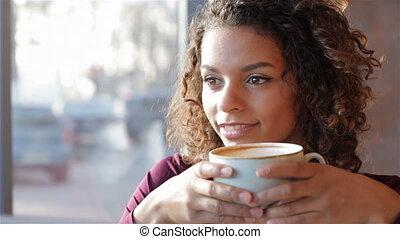 beau, portrait, femme souriante, café