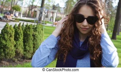 beau, poser, femme, lunettes soleil, jeune