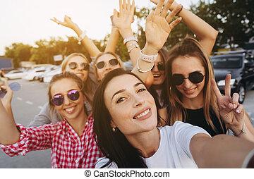 beau, prendre, six, filles, jeune regarder, appareil photo, selfie