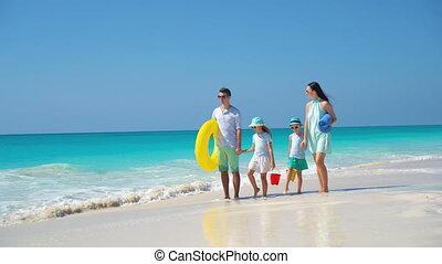 beau, quatre, vacances famille, plage tropicale, heureux