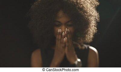 beau, regarder, femme, africaine, couvertures, triste, bas, mains, figure