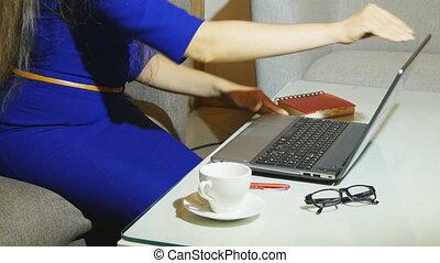beau, restaurant, allocation places, femme, elle, tasse, ordinateur portable, jeune, pc, quoique, intérieur, café, tenue, utilisation, café