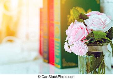 beau, rose, blanc, trois, image, blured, table, roses, livres, arrière-plan., vase, verre, artificiel