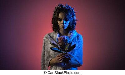 beau, rose, tête, guirlande fleur, elle, mains, jeune, profond, debout, regarder, arrière-plan., scarry, fantôme, contre, appareil-photo., maquillage, girl, main, robe, blanc