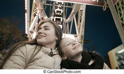 beau, roue, evening., deux, petites amies, jeune, ferris, heureux