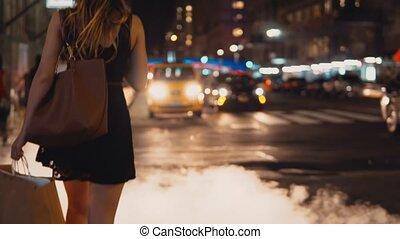 beau, sacs, achats femme, jeune, couverture, america., trafic, manhole, fumée, croisement, new york, route