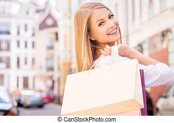 beau, sacs, shopping., achats, sur, vue, jeune, debout, gai, quoique, tenue femme, dehors, épaule, regarder, jour, arrière, gentil