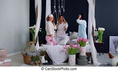 beau, sexy, playfully., femme, elle, danse, sommeil, jeune, lit, trois, rire, combat, wedding., friends., fête, sourire, honneur, partie., oreiller, pyjama, femmes