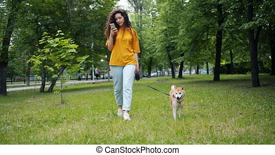 beau, shiba, marche, smartphone, inu, parc, chien, joli, dehors, utilisation, girl
