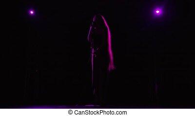 beau, silhouette, lent, pourpre, fond, femme, pop, vendange, cheveux, concert, éclairé, chanteur, microphone., light., vue., vivant, long, exécute, sombre, chant, mouvement, étape