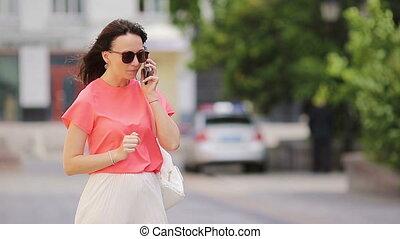 beau, smartphone, lunettes soleil, elle, conversation, outdoor., jeune, téléphone, rue, utilisation, girl, caucasien, ami