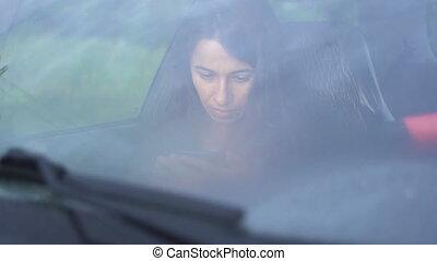 beau, smartphone, séance, voiture, jeune femme