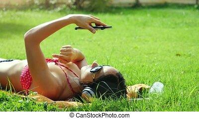 beau, song., femme, lunettes soleil, mobile, chant, jeune, herbe, téléphone, usages, 4k, écoute, musique, 3840x2160, mensonge