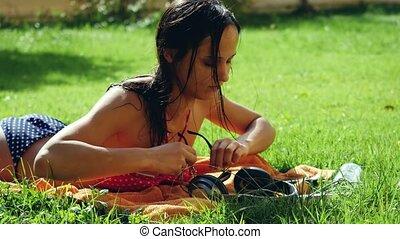 beau, song., femme, lunettes soleil, mobile, jeune, herbe, téléphone, musique écouter, usages, chant, mensonge